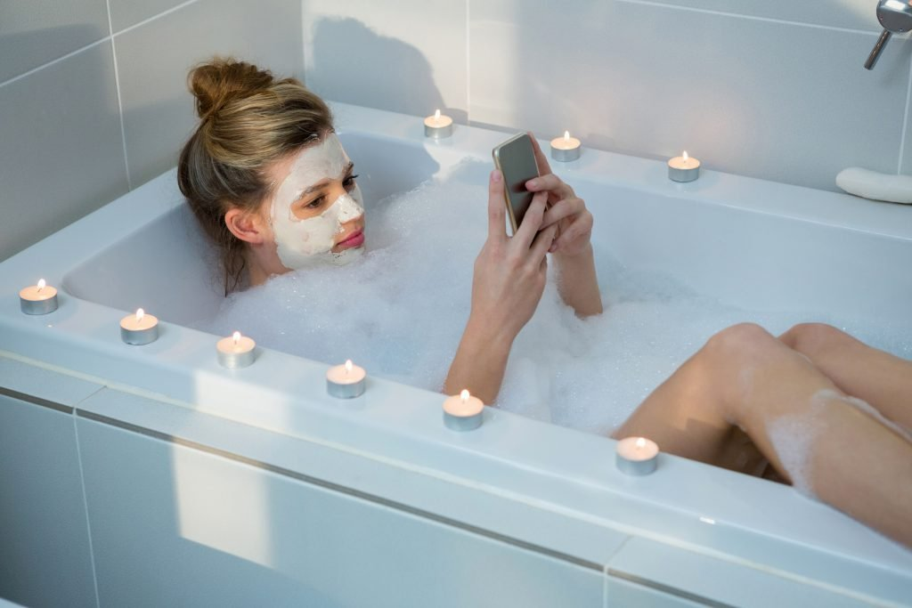 Jugendliche stirbt durch ein Smartphone in der Badewanne