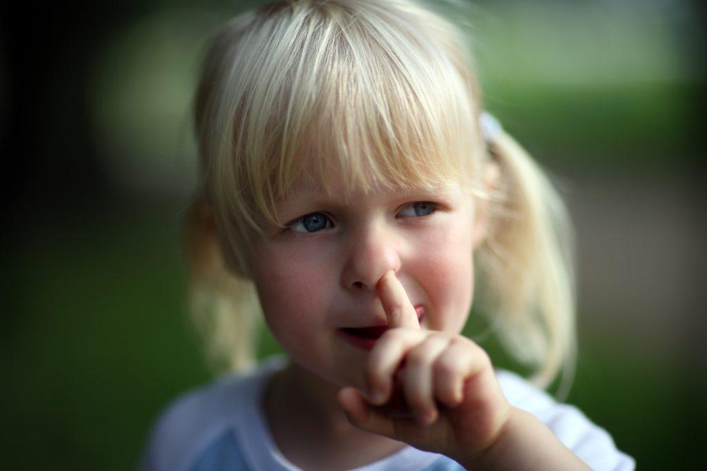 Krankheiten durch einfaches Popeln? Nasenbohren verbreitet Pneumokokken-Keime