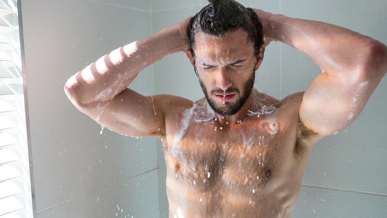 Mediziner erklärt, warum du im Winter nicht täglich duschen solltest – Video