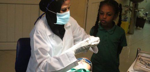 Speichern von Kindern sind die Zähne im Sudan – ohne Betäubung oder Bohrer