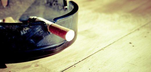 Schweres Rauchen verursacht Gesichter zu schauen, die älter