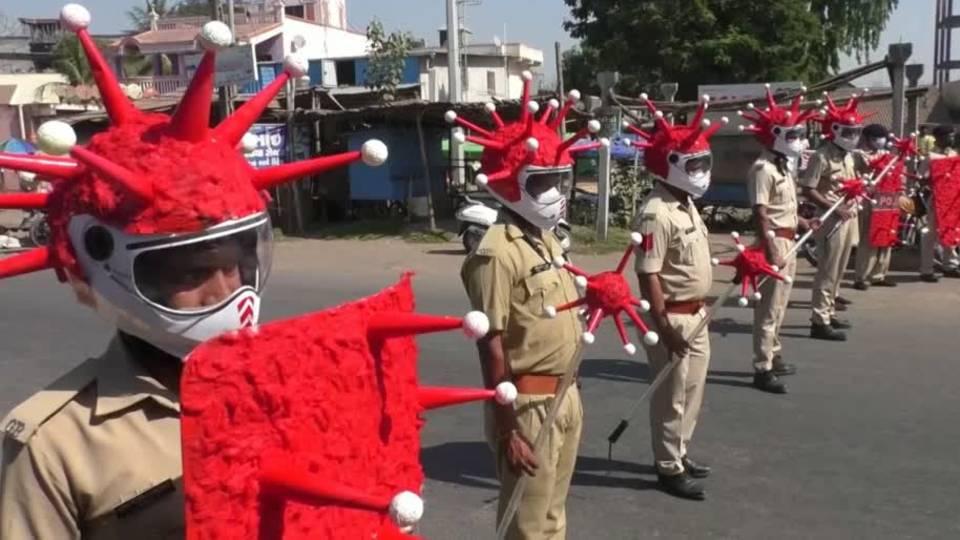 Wie Indiens Polizei mit roten Helmen gegen Corona kämpft