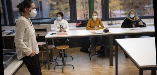 Wie sich das Coronavirus daheim, in der Kneipe und im Klassenzimmer verbreitet: drei Szenarien